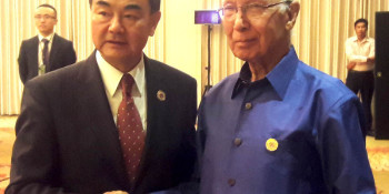 Sartaj meets Chinese FM on the sidelines of ARF
