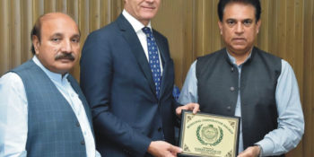 SIALKOT, OCT 21: Mayor Sialkot, Chaudhry Toheed Akhtar presenting a souvenir to Ambassador of Norway, Tore Nedrebo, on Saturday.=DNA PHOT O