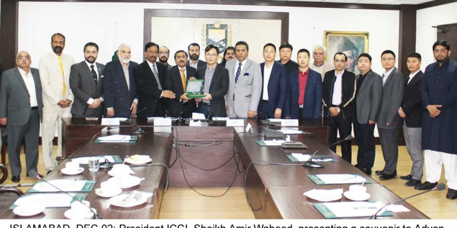 ISLAMABAD, DEC 02: President ICCI, Sheikh Amir Waheed, presenting a souvenir to Adven Zhu, Managing Director, Suzhou China Aviation Technology Equipment Co. Ltd.=DNA PHOTO