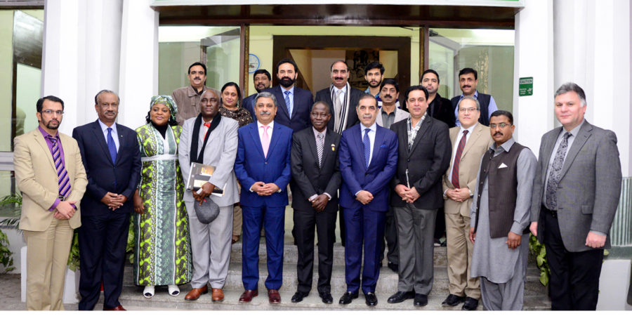 RAWALPINDI, DEC 05: President RCCI, Zahid Latif Khan in a group photo with Nigerian High Commissioner Maj. Gen (R) Ashimiyu Adebayo Olaniyi, on Tuesday.=DNA PHOTO