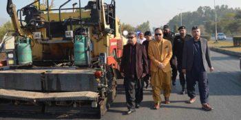 ISLAMABAD, DEC 10: Mayor Islamabad, Sheikh Anser Aziz inspecting road carpeting work  at Margalla Road Khayaban-e-Iqbal, on Sunday.=DNA PHOTO
