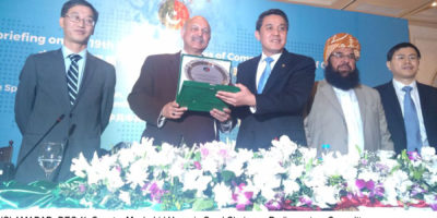 ISLAMABAD, DEC 11: Senator Mushahid Hussain Syed Chairman Parliamentary Committee on  China-Pakistan Economic  Corridor presenting shield to Assistant Minister of Communist Party of China  (CPC) Wang Yajun during a seminar organised by Pak-China Institute. DNA PHOTO