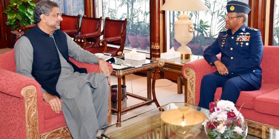 ISLAMABAD, MAR 13: Chief of the Air Staff, Air Chief Marshal Sohail Aman, NI (M) pays farewell call on Prime Minister Shahid Khaqan Abbasi.=DNA PHOTO