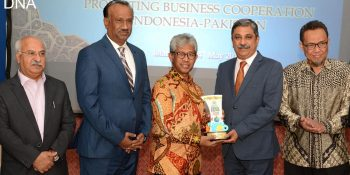 ISLAMABAD, MAY 25: President Rawalpindi Chamber of Commerce and Industry (RCCI) Zahid Latif Khan presenting a momento Ambassador of Indonesia Iwan Suyudhie Amri. DNA