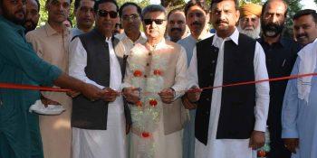 ISLAMABAD, MAY 25: Mayor Islamabad, Sheikh Anser Aziz, cutting ribbon to open Sasta  Bazaar in Sector G-7, on Friday.=DNA PHOTO