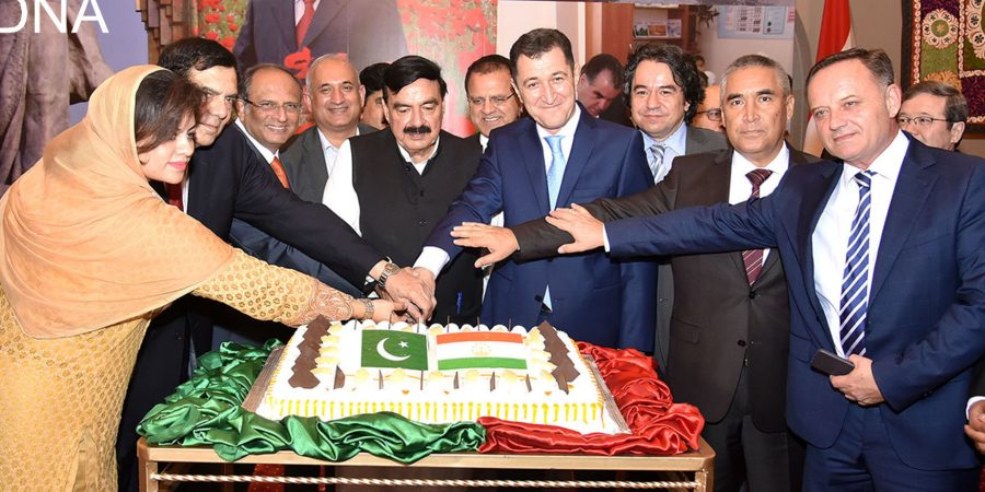 ISLAMABAD, SEPT 13: Federal Minister for Railways Sheikh Rasheed Ahmed, Parliamentary Secretary Planing Kanwal Shauzab, Ambassador of Tajikistan Sherali Jononov and others  cutting cake to celebrate 2th independence day ofTajikistan.=DNA PHOTO