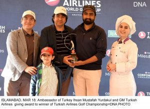 ISLAMABAD, MAR 18: Ambassador of Turkey Ihsan Mustafah Yurdakul and GM Turkish Airlines giving award to winner of Turkish Airlines Golf Championship=DNA PHOTO