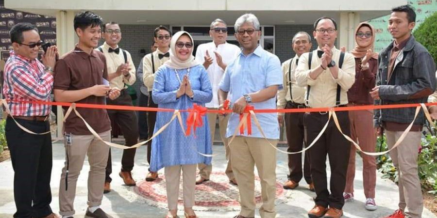 ISLAMABAD, APR 14: Ambassador of Indonesia and his wife inaugurating election bazaar event at the Indonesian embassy. DNA PHOTO