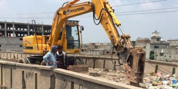 ISLAMABAD, JUL 19: CDA staffers busy in construction work of Burma Bridge at Lehtrar Road.=DNA PHOTO