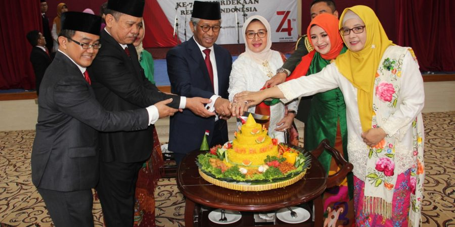 ISLAMABAD, AUG 17: Ambassador of Indonesia Iwan S Amri along with embassy staff cutting cake to celerate 74th Independence Day of Indonesia. DNA PHOTO