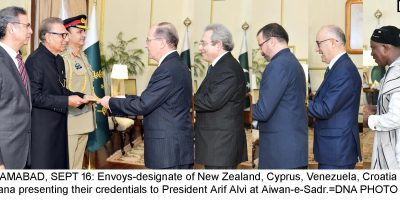 ISLAMABAD, SEPT 16: Envoys-designate of New Zealand, Cyprus, Venezuela, Croatia and Ghana presenting their credentials to President Arif Alvi at Aiwan-e-Sadr.=DNA PHOTO