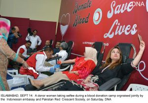 ISLAMABAD, SEPT 14: A donor woman taking selfee during a blood donation camp orgnaised jointly by the Indonesian embassy and Pakistan Red Crescent Society, on Saturday. DNA