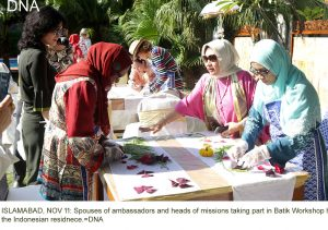 ISLAMABAD, NOV 11: Spouses of ambassadors and heads of missions taking part in Batik Workshop held at the Indonesian residnece.=DNA