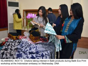 ISLAMABAD, NOV 13: |Visitors taking interest in Batik products during Batik Eco Print workshop at the Indonesian embassy on Wednesday. DNA