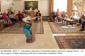 "ISLAMABAD, NOV 11: Indonesian artist Keni S.Soeriaatmadjaon performs Legong Dance"" on the occasion of Batik Workshop held at he Indonesian residnece.=DNA"