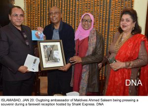 ISLAMABAD, JAN 20: Ougtoing ambassador of Maldives Ahmed Saleem being preseing a souvenir during a farewell reception hosted by Shaikl Express. DNA