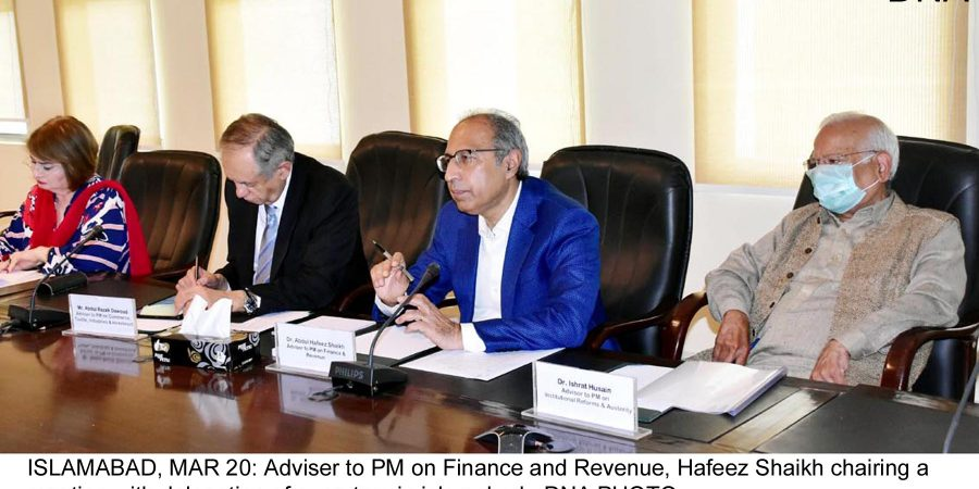 ISLAMABAD, MAR 20: Adviser to PM on Finance and Revenue, Hafeez Shaikh chairing a meeting with delegation of exporters in islamabad.=DNA PHOTO